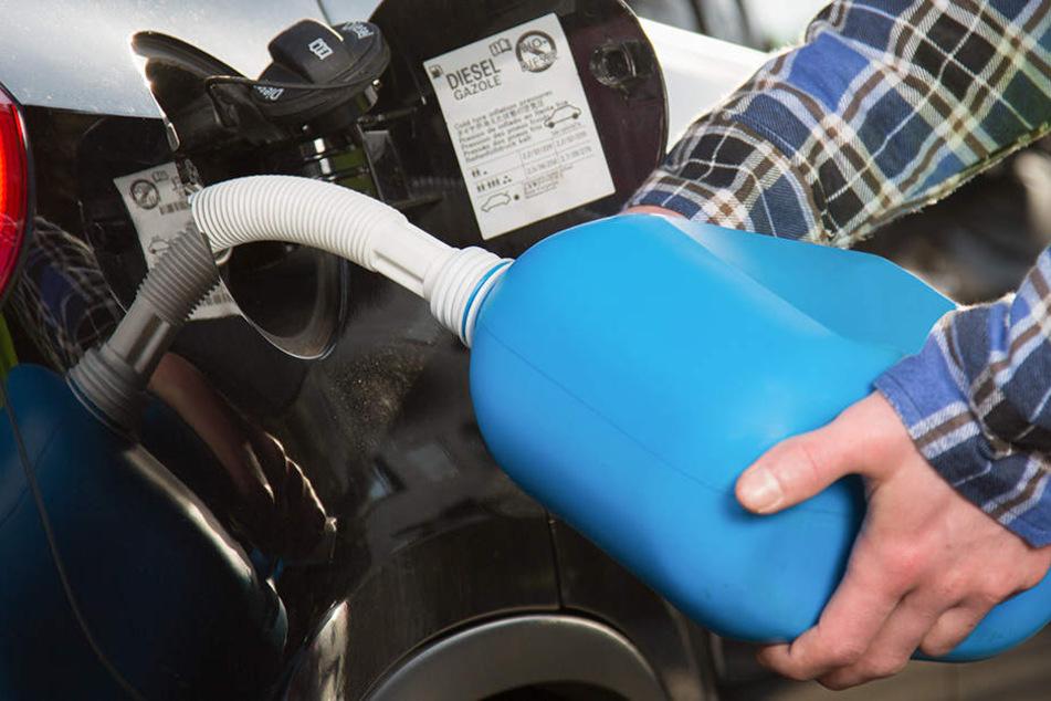 Als der 26-Jährige mit dem Kanister nachtanken wollte, entzündete sich plötzlich das Benzin samt Kanister. (Symbolbild)