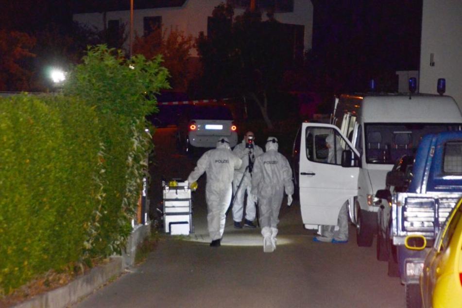 Beamte der Spurensicherung untersuchen einen Tatort, wo bei einer Schießerei zwei Menschen getötet wurden. (Archivbild)