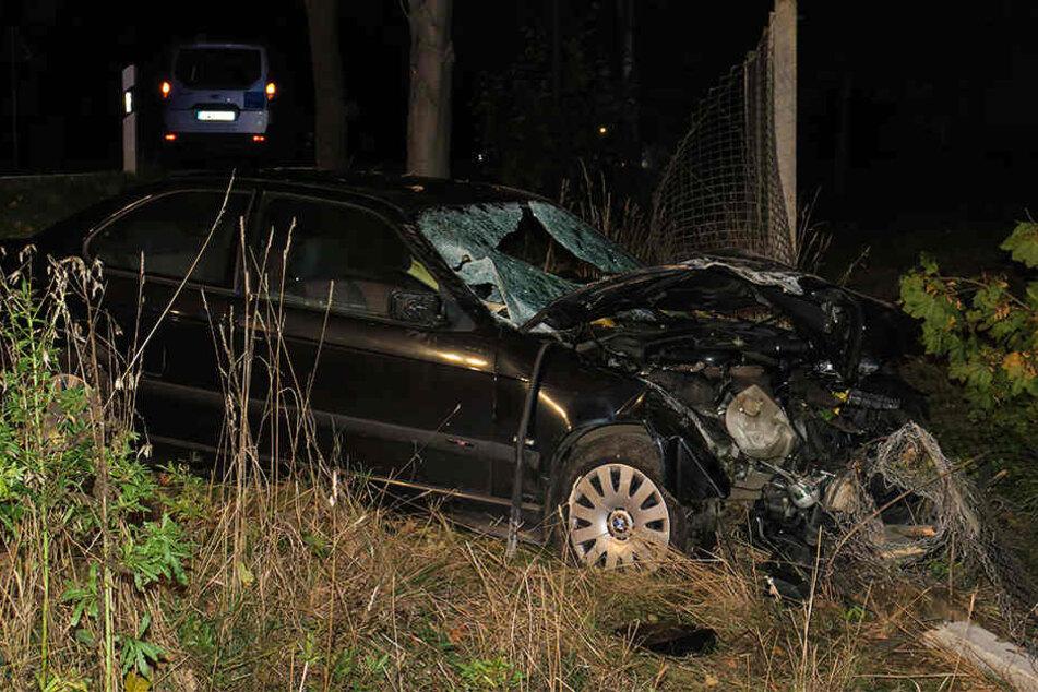 Der Motorraum des BMW wurde bei dem Unfall vollkommen zerstört.