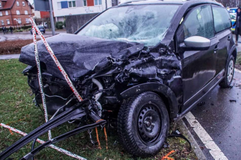 Der Kleinwagen wurde bei der heftigen Kollision komplett demoliert.