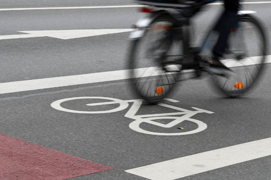 Mitten in der Stuttgarter Innenstadt hat ein Radfahrer am Sonntagabend eine Frau umgefahren. Davor war er schon in der Fußgängerzone aufgefallen. (Symbolfoto)