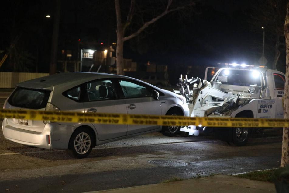 Die Unfallstelle mit beiden beteiligten Fahrzeugen am Freitagabend.