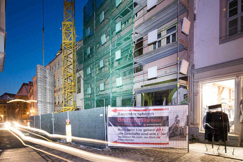Baustellen ins rechte Licht gerückt: An diesem Gebäude wurden bereits quadratische Leuchten installiert - am Baugerüst.