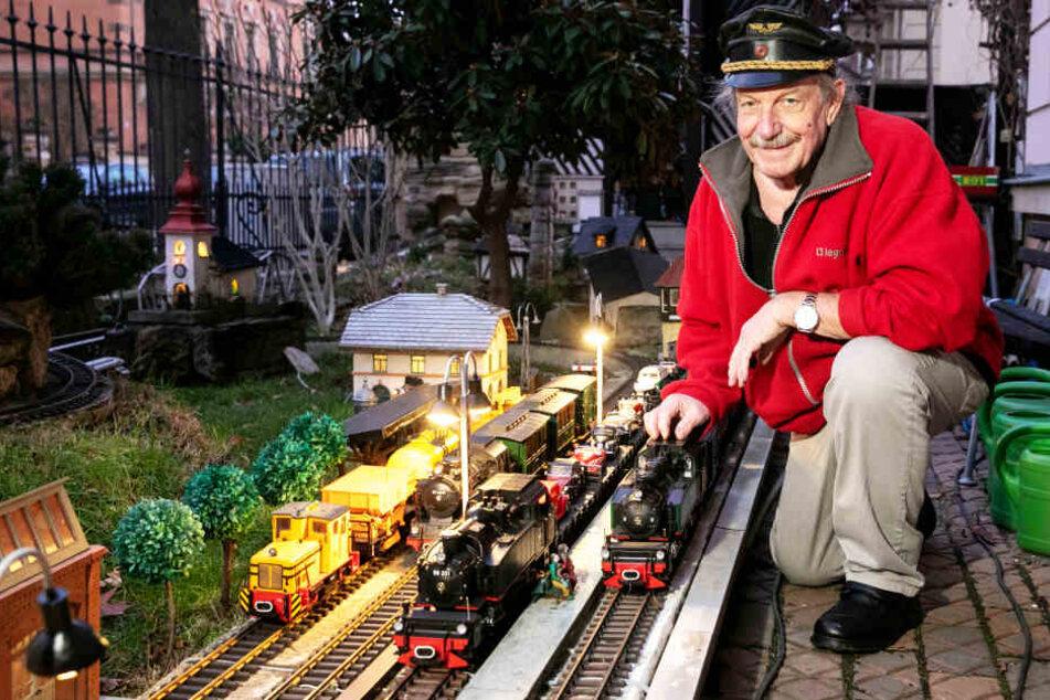 Wolfgang Jirka (63) ist Herr und Schaffner über die Garten-Eisenbahn in Striesen.