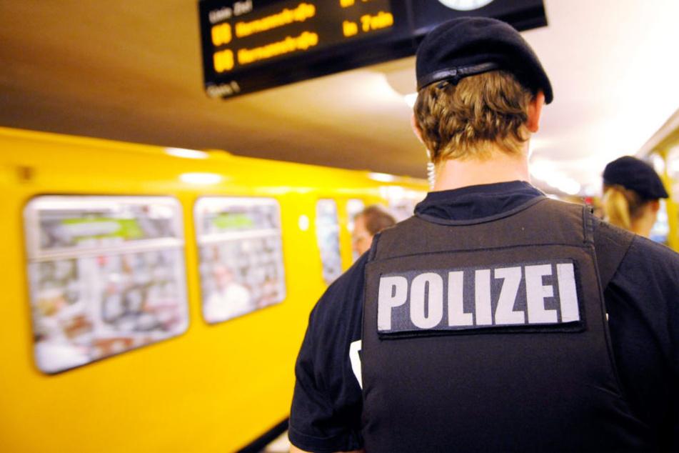 Ein Polizei bei einem Einsatz in der Berliner U-Bahn. (Symbolbild)