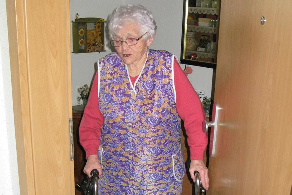 Überfall an der Wohnungstür: Ein Räuber schubste Eva Kroll (88) samt Rollator an die Wand.