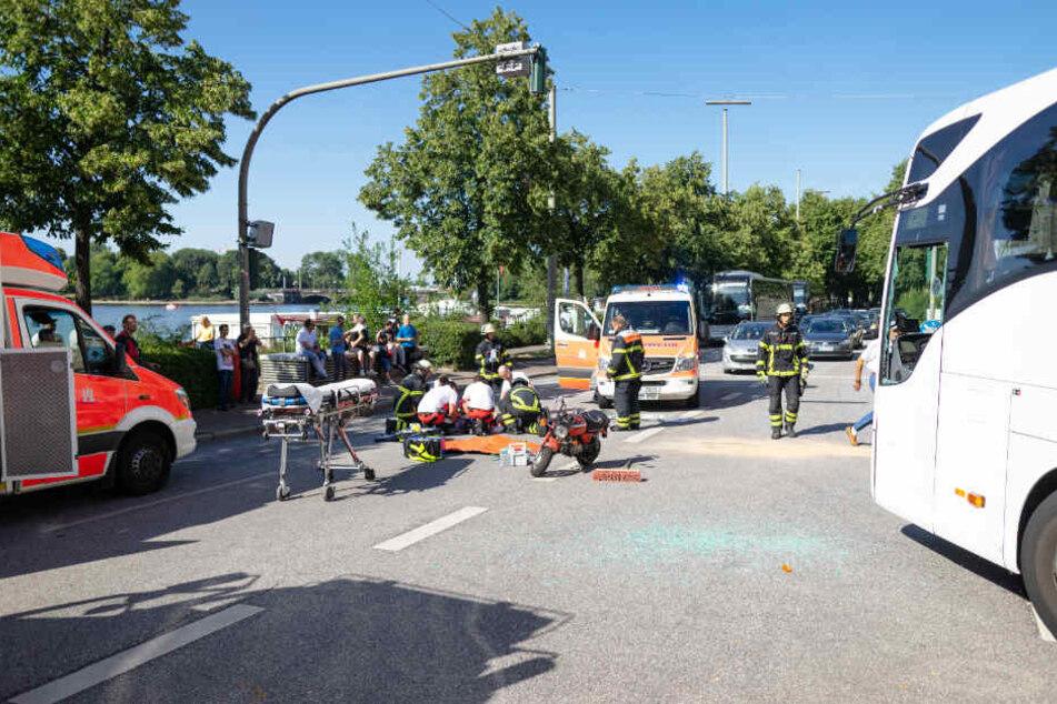 Der Rettungsdienst versorgt den Verletzten.