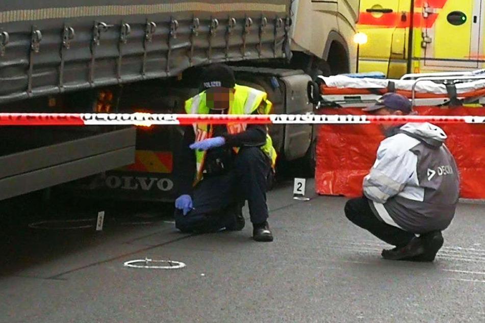 Spezialisten der Polizei und DEKRA untersuchen die Unfallstelle. Im Kreis vor dem Polizisten liegt die Brille des 80-Jährigen.