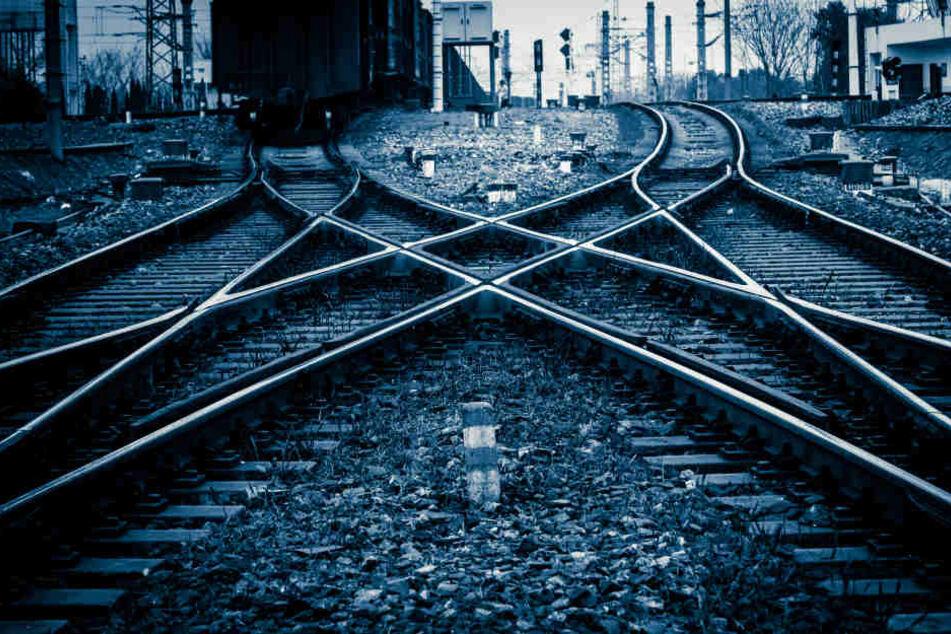 Die Frauenleiche wurde an Bahngleisen in Köln-Porz gefunden.