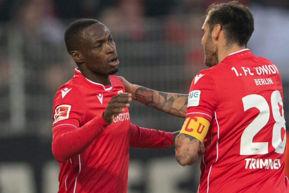 Anthony Ujah (l.) bejubelt mit Christopher Trimmel (r.) seinen Treffer zum 1:0 gegen Borussia Mönchengladbach.