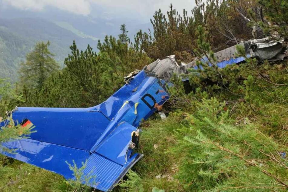 Ein Wrackteil eines Kleinflugzeugs wurde in den Bergen entdeckt.
