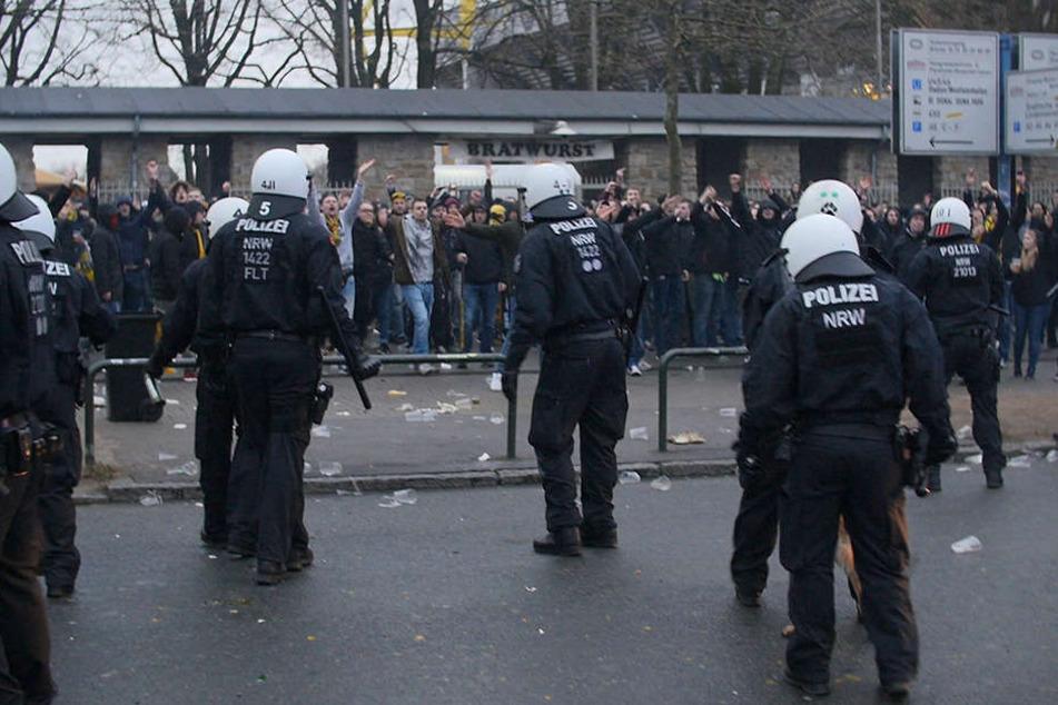 Die Bilder waren erschreckend. Auf dem Weg ins Dortmunder Fußball-Stadion werden Leipziger Fans mit Flaschen und Steinen beworfen.