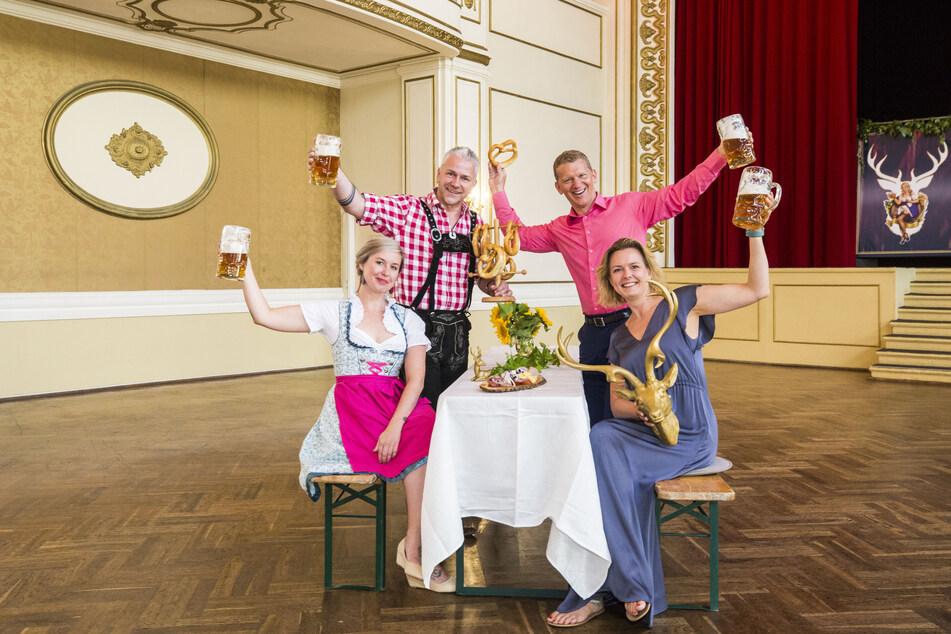 """Annemarie Gromoll (33), Markus Pexa (53), Jens Hewald (49) und Mandy Hewald (42, v.l.n.r.) freuen sich aufs """"Hirschgaudi"""" im Parkhotel."""
