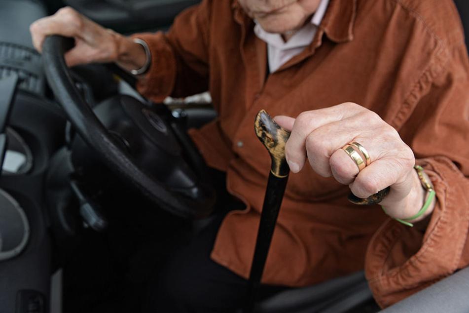 89-jährige schleift mit Minivan Fußgängerin über Parkplatz