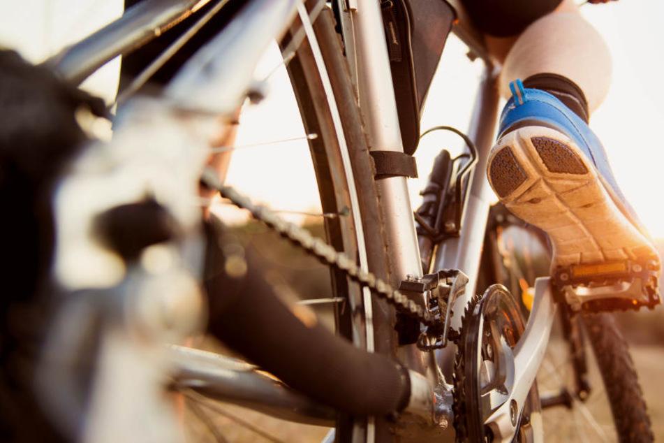 Ein Fahrradfahrer verletzte sich bei einem Sturz in Nördlingen schwer. (Symbolbild)