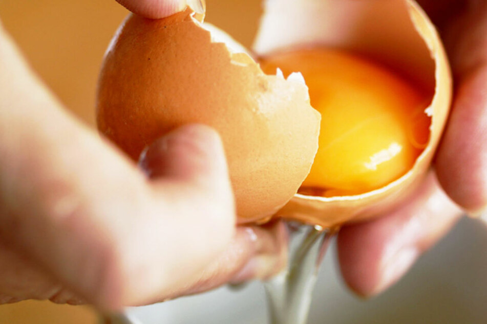 Deshalb solltet Ihr Eier nie auf Schüssel-Rändern aufschlagen!