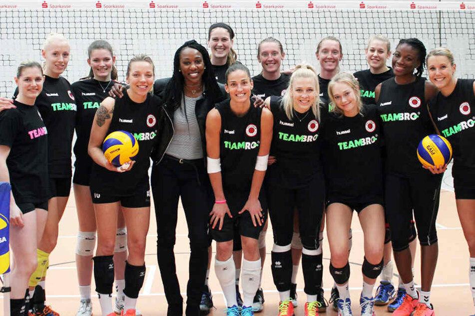 Cursty Jackson (5.v.l.) war am Donnerstag beim Training der DSC-Volleyballerinnen.