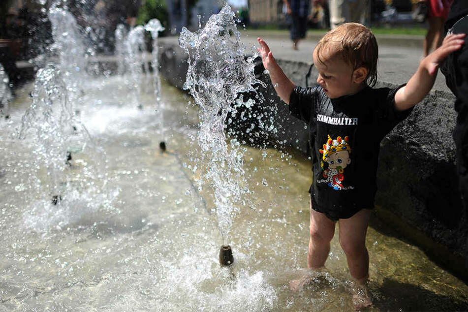 Vor allem Kleinkinder planschen gerne in den Wasseroasen in der Stadt, wenn es heiß ist.