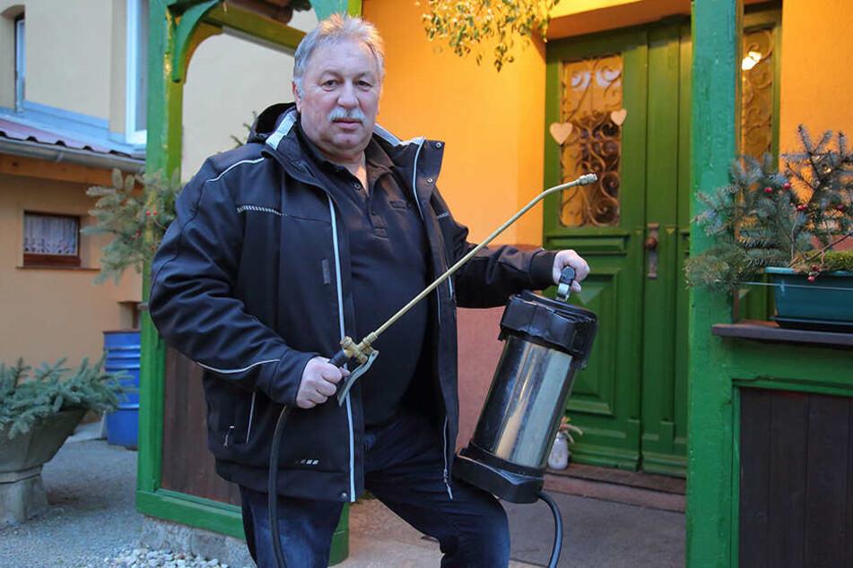 Kammerjäger Karsten Pech (62) muss nun seine Dienste vorerst von zu Hause aus anbieten.