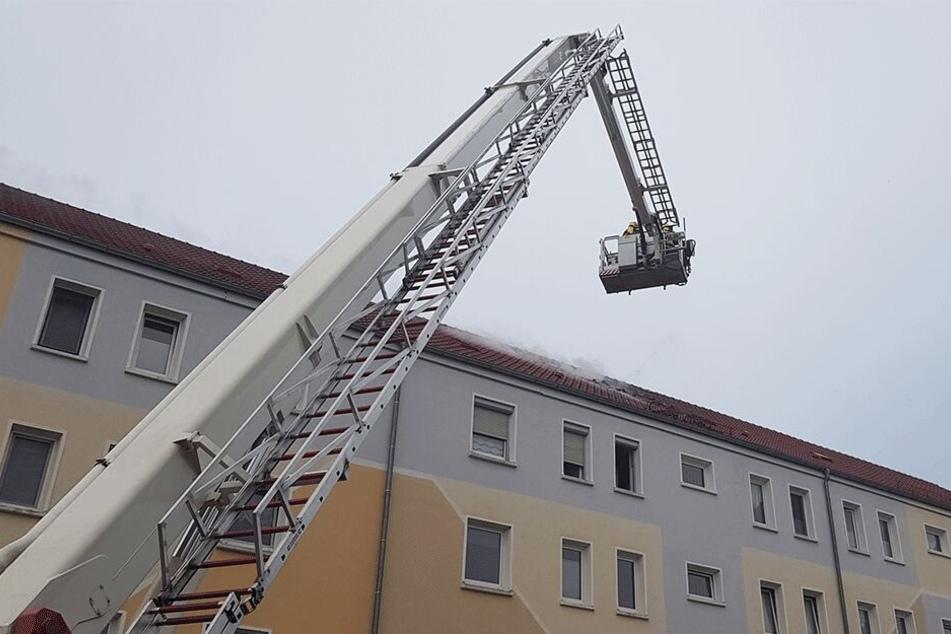 Der Dachstuhl eines Wohnblocks geriet in Flammen.