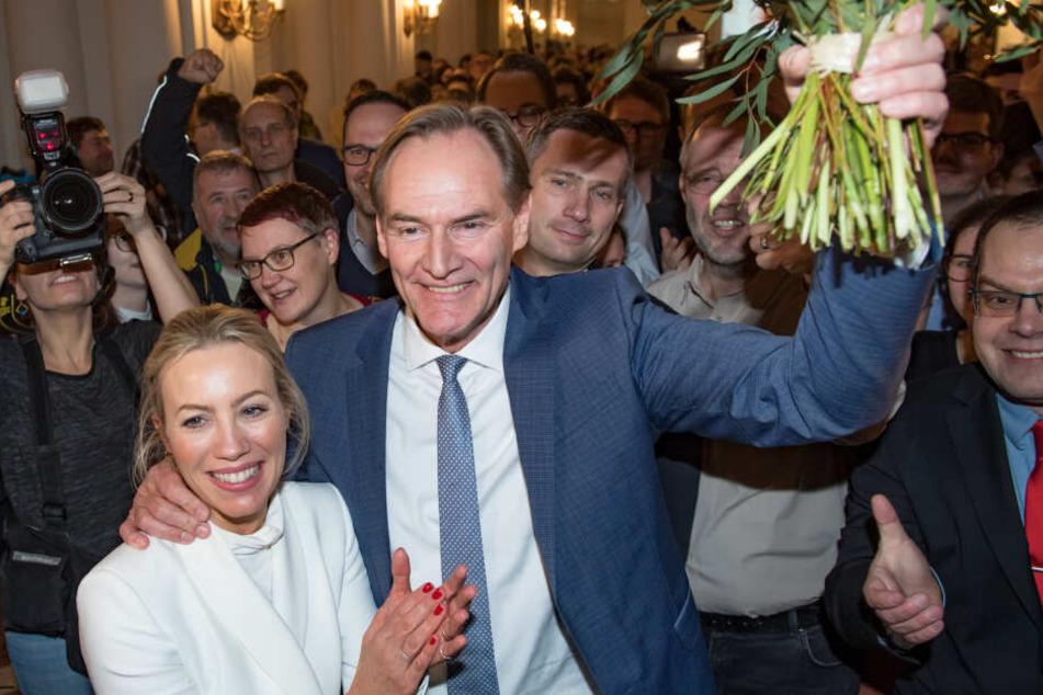 Burkhard Jung bleibt Leipzigs Oberbürgermeister. Seine Unterstützer haben bereits auf die Zugeständnisse im Wahlkampf aufmerksam gemacht.