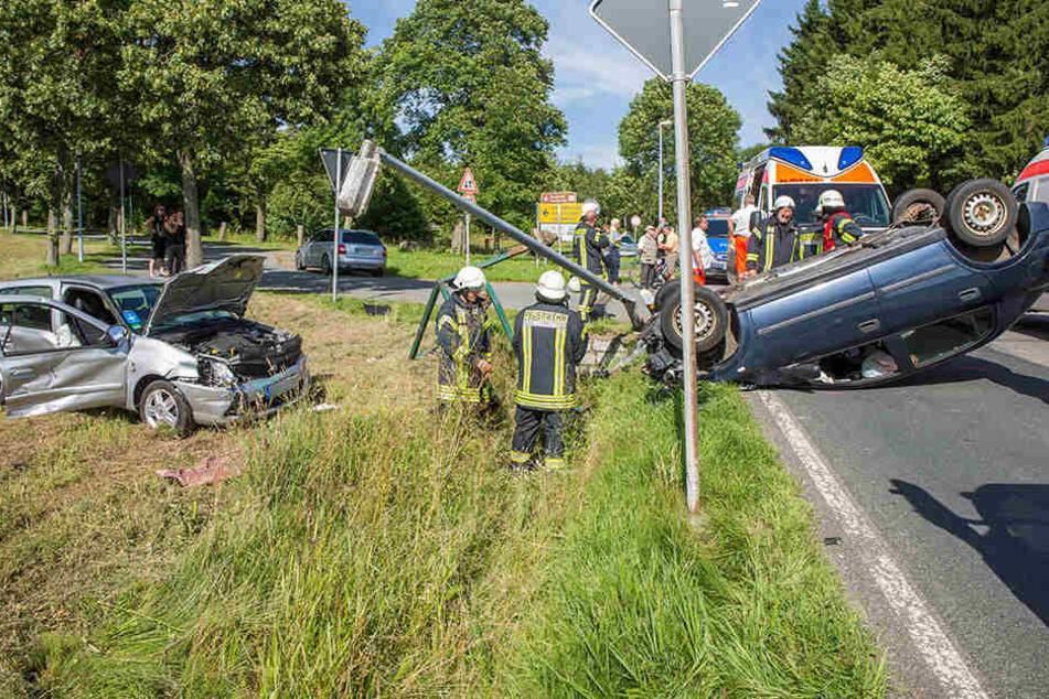 Pkw fällen bei Unfall Laterne an der B171!