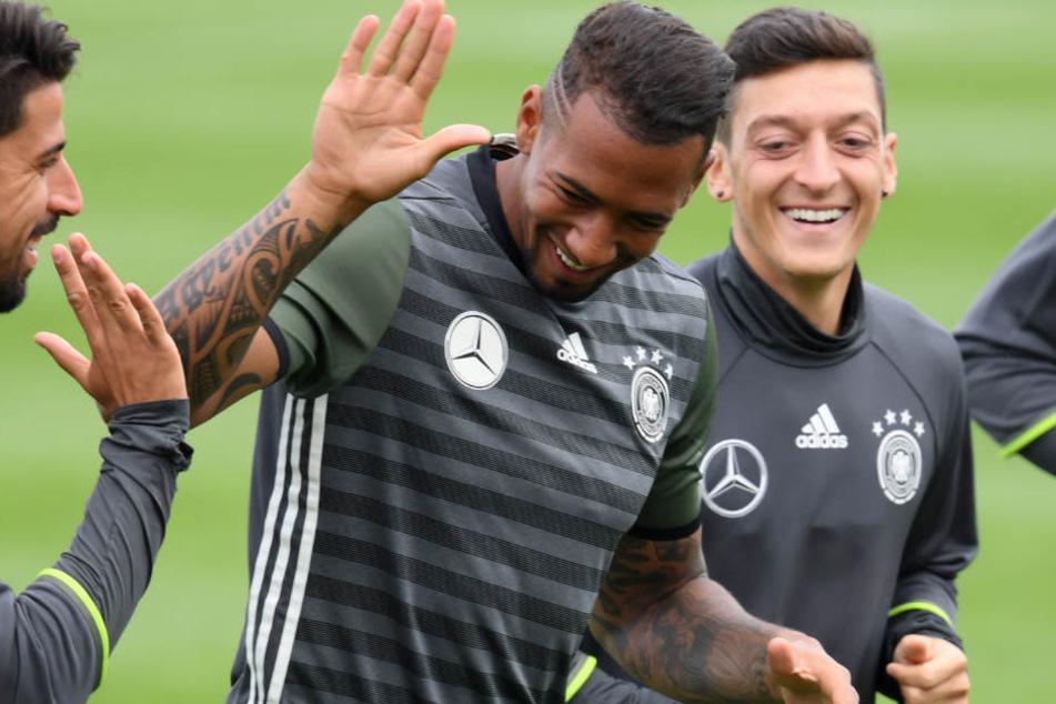 Jérôme Boateng hat Kritik an fehlender Unterstützung für Mesut Özil (r.) geäußert.