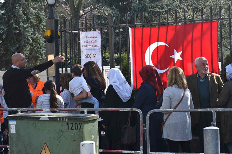 Dicht an dicht stehen am 1. April in Berlin lebenden Türken vor dem Konsulat der Türkei, um abzustimmen.
