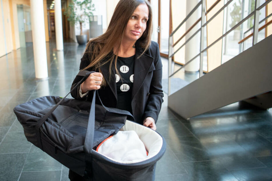 Rapperin Schwesta Ewa kam zusammen mit ihrem Kind zu einer Anhörung im Bundesgerichtshof.