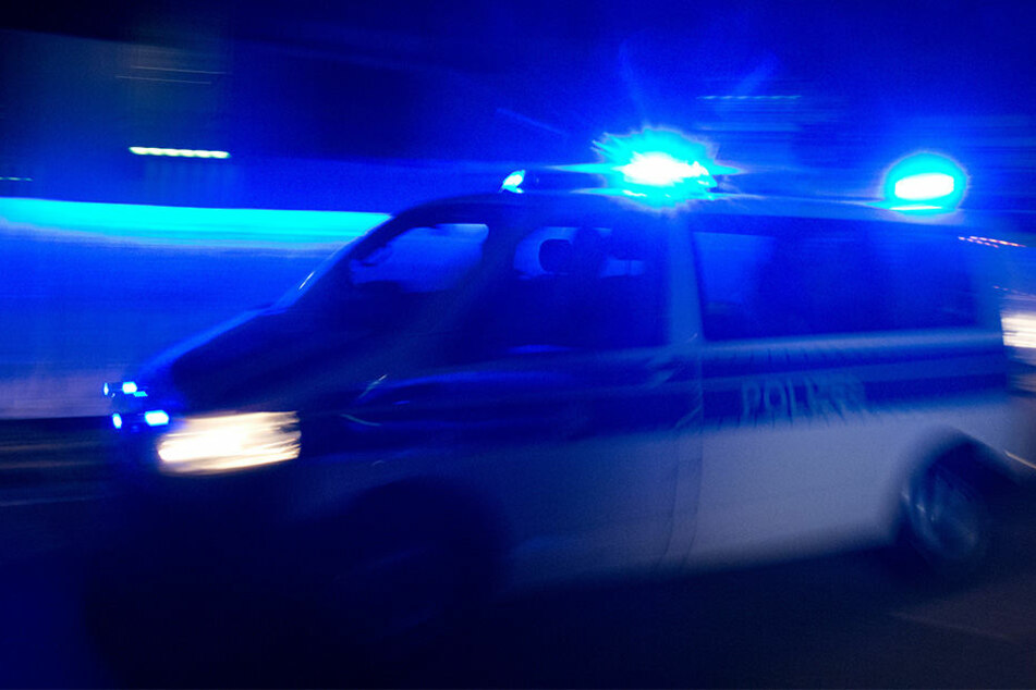 Grundlos! Gruppe Männer prügelt 19-Jährigen zu Boden