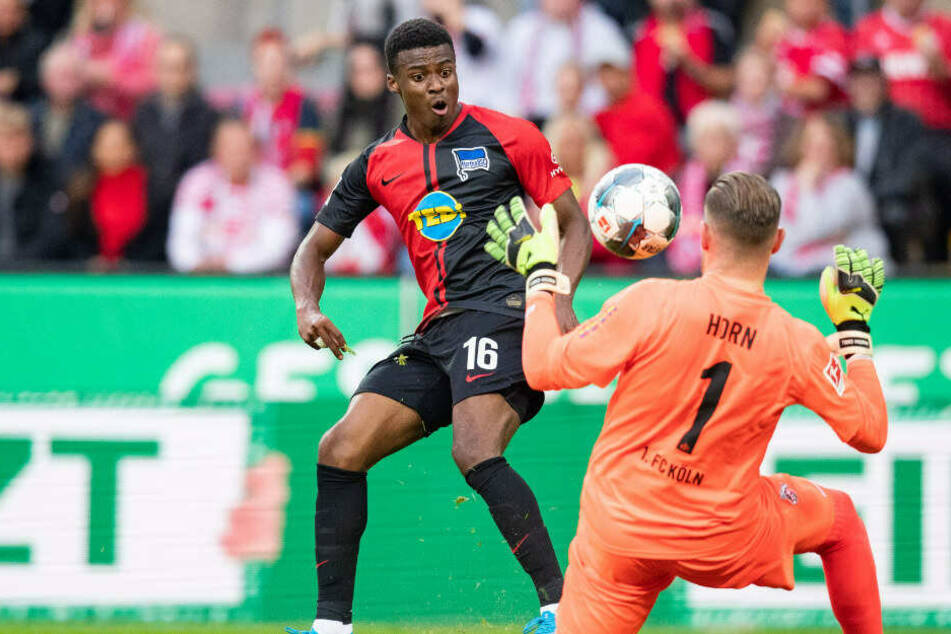 Dilrosun lupft den Ball über Kölns Keeper Timo Horn an die Latte.