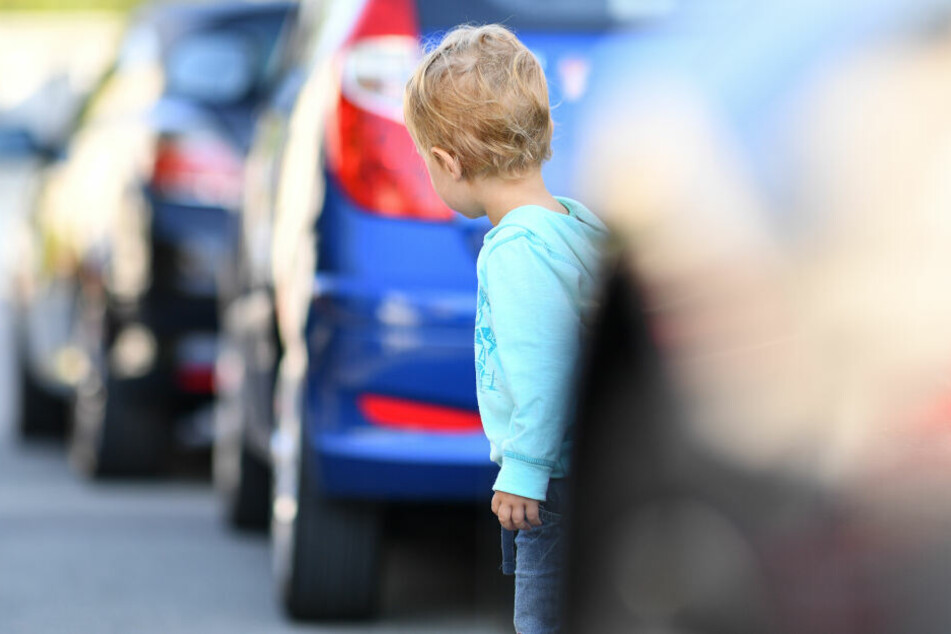 Zwischen geparkten Autos sind Fußgänger, vor allem Kinder, für Autofahrer praktisch unsichtbar. (Symbolbild)