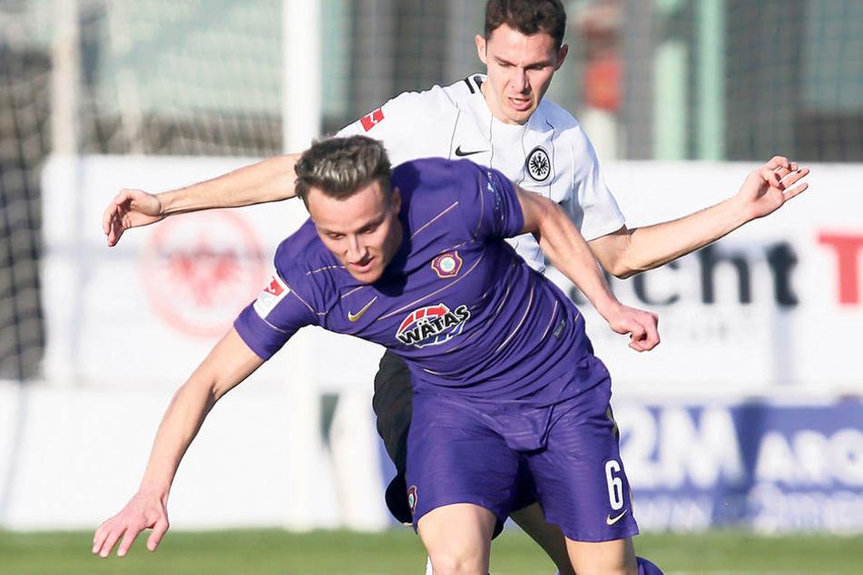 Mirnes Pepic im Testspiel gegen Eintracht Frankfurt vor Branimir Hrgotaam Ball.