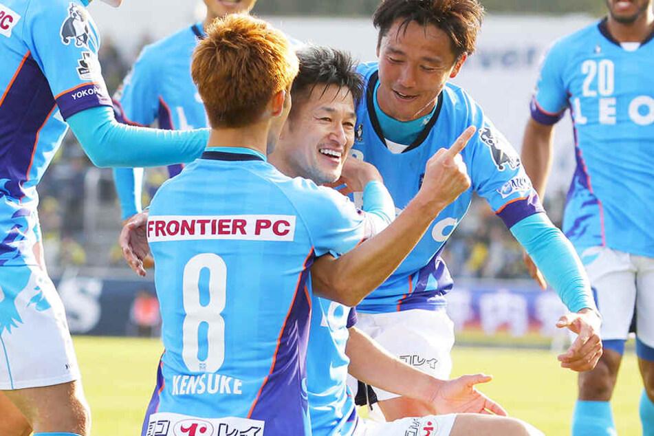Im stolzen Alter von damals 50 Jahren schoss Kazuyoshi Miura (M.) seine Mannschaft zum Sieg und wurde ganz nebenbei der älteste Profi-Torschütze aller Zeiten.