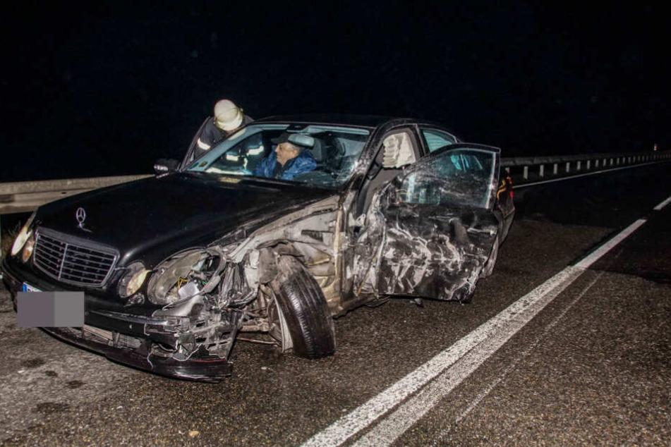 Der Mercedes kam auf die Gegenfahrbahn und kollidierte mit dem Autotransporter, woraufhin dieser ins Schleudern kam.