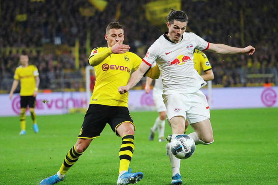 Dortmunds Thorgan Hazard (l.) und Marcel Sabitzer im Kampf um den Ball.