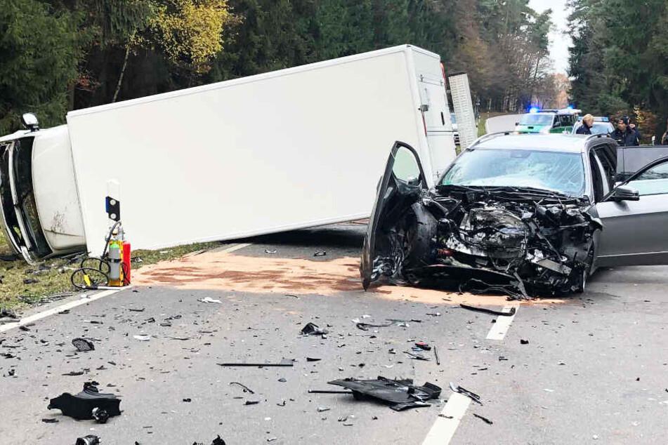 Straße gleicht Trümmerfeld! Lastwagen kracht in Mercedes, zwei Personen verletzt