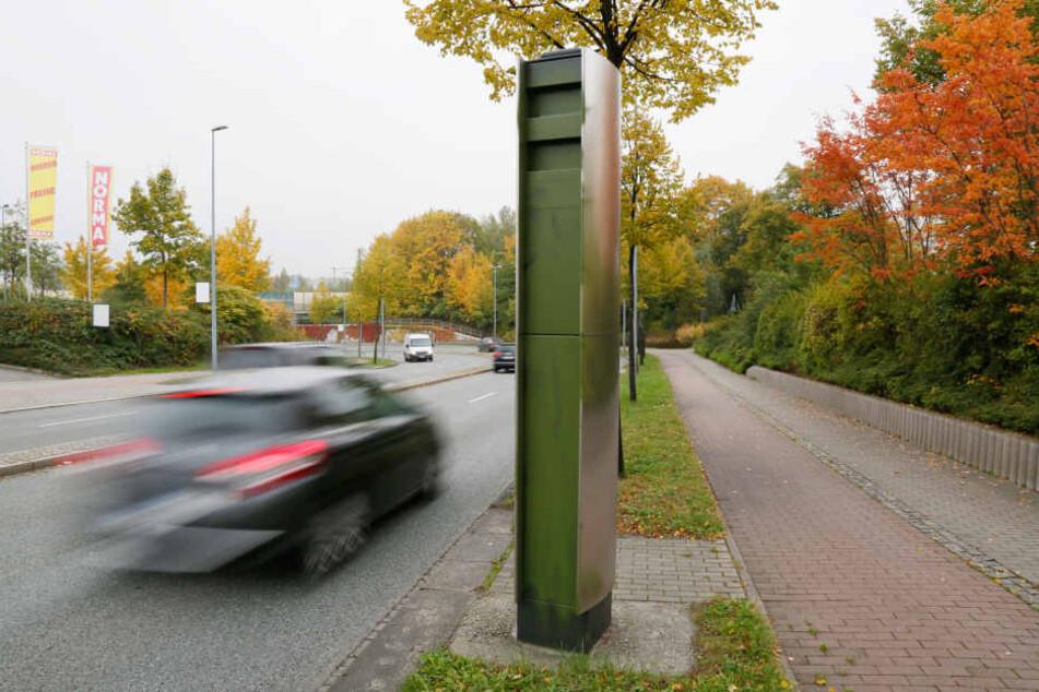 An der Neefestraße wurde der Geschwindigkeits-Blitzer - kurz vorm Industriemuseum stadteinwärts - mit grüner Farbe besprüht.