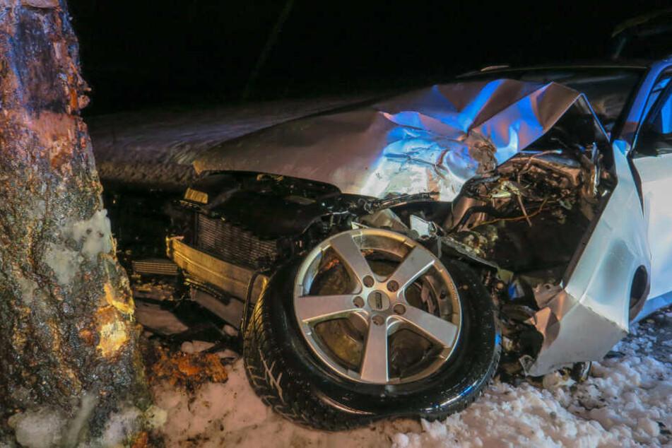 Der Audi wurde bei dem Unfall schwer beschädigt.
