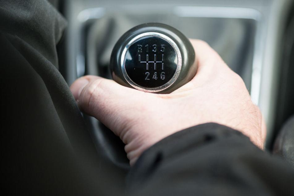 Der Mann ohne Fahrerlaubnis stiegt völlig betrunken ins Auto ein. (Symbolbild)