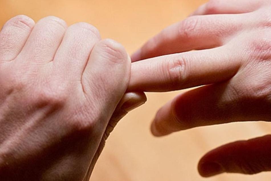 Derzeit gibt es keine Hinweise darauf, dass Fingerknacken ungesund ist.