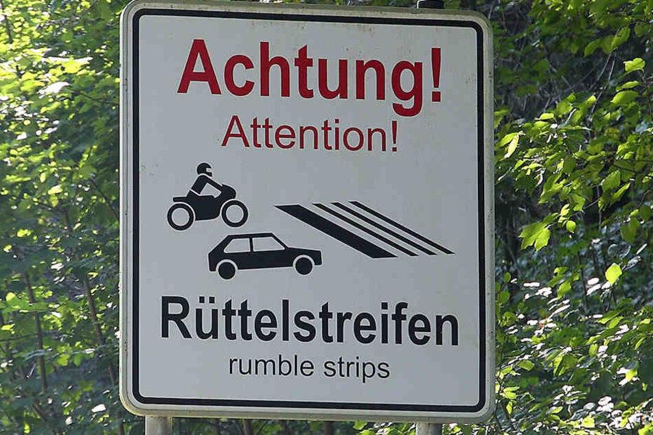 Die 2012 gelegten Rüttelstreifen bewirken nichts gegen die Lärmbelästigung rasender Motorradfahrer, klagen Anwohner aus Hohnstein und Rathewalde.