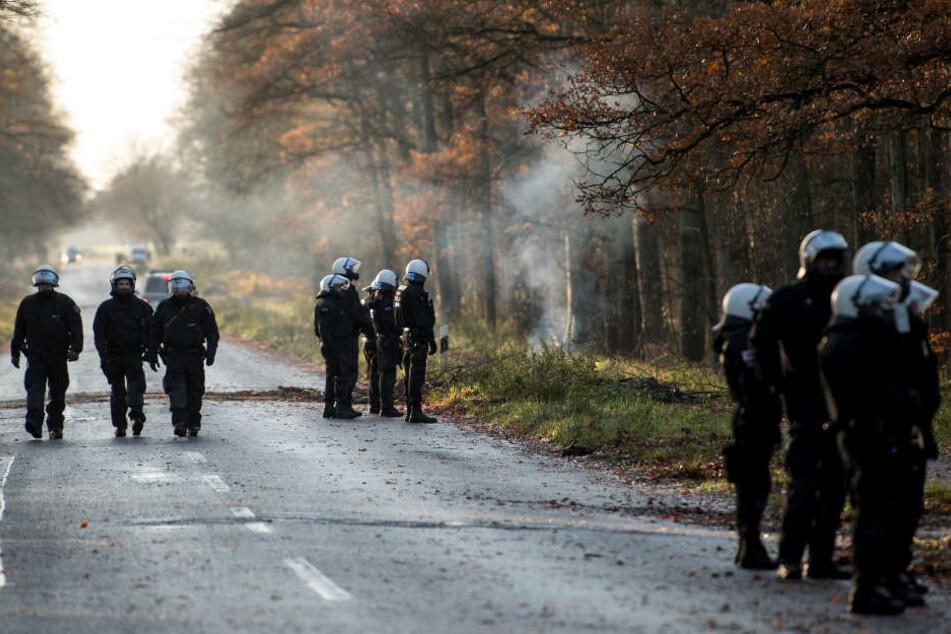 Die Polizisten durchkämmten das Waldstück am Waldecker Berg. (Symbolbild)