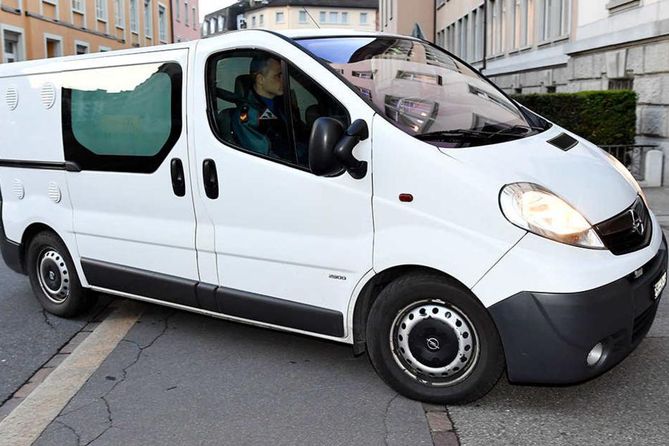 In diesem Kastenwagen wurde Felix Vossen zum Gericht in Zürich gefahren.