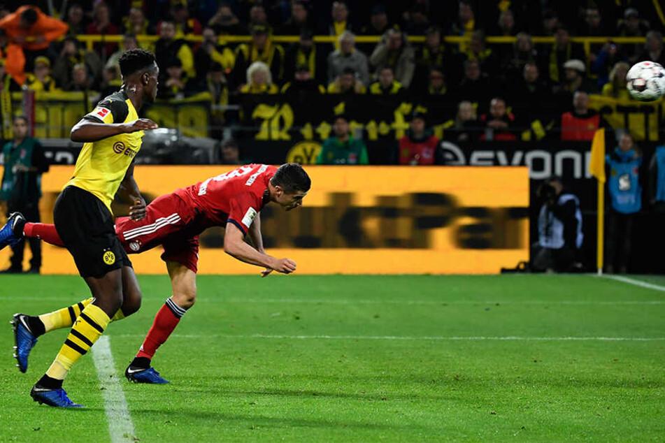 Robert Lewandowski (r.) köpft völlig unbedrängt von BVB-Verteidiger Dan-Axel Zagadou (l.) zur 1:0-Führung für die Bayern ein.