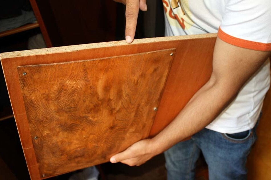 An einem Einlegeboden war ein weiteres Brett angeschraubt. Im Zwischenraum versteckte sich ein Kuvert mit drei Sparbüchern und 50.000 Euro in bar.