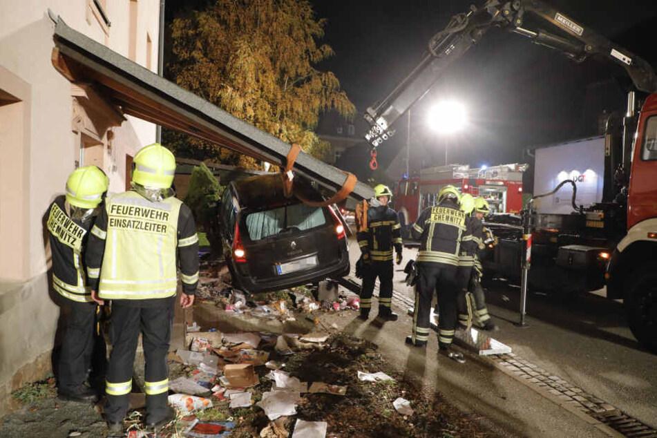 Die Feuerwehr musste das Vordach mit einem Kran abmontieren.