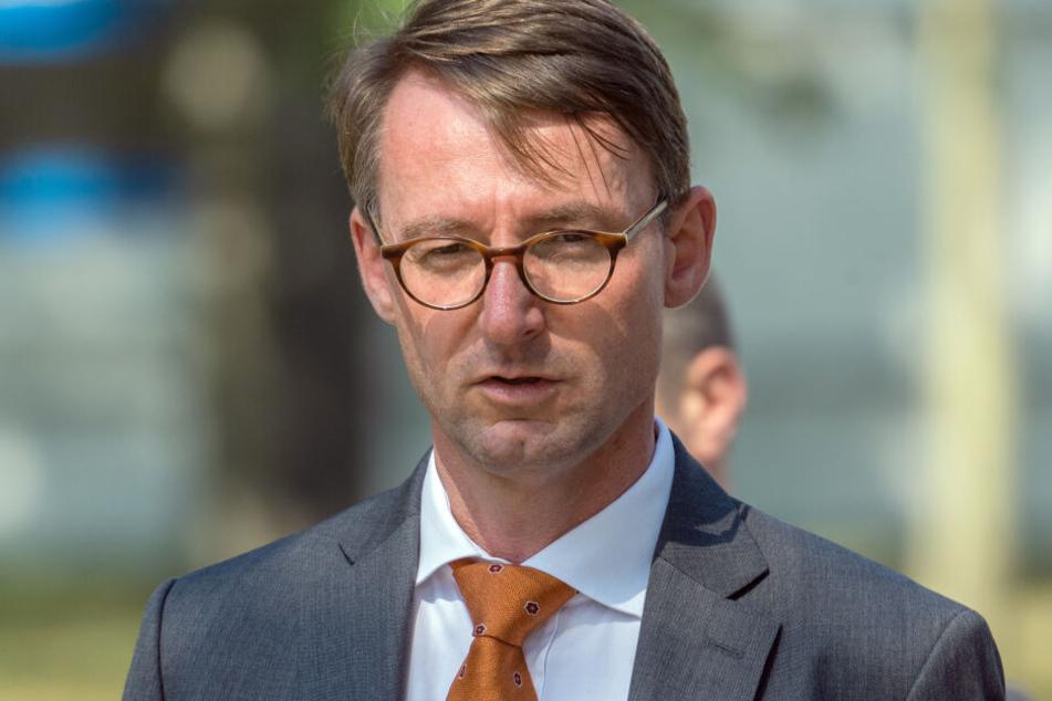 """Sachsens Innenminister Roland Wöller (49, CDU) äußerte sich """"entsetzt"""" über den mutmaßlichen Brandanschlag in Leipzig."""