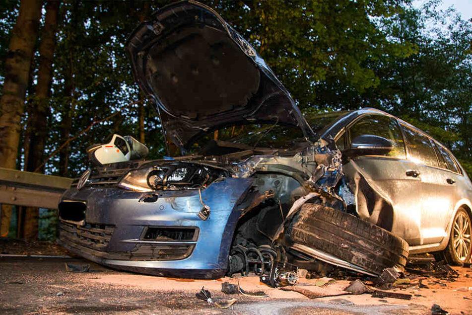 Der VW wurde bei dem Unfall komplett demoliert.