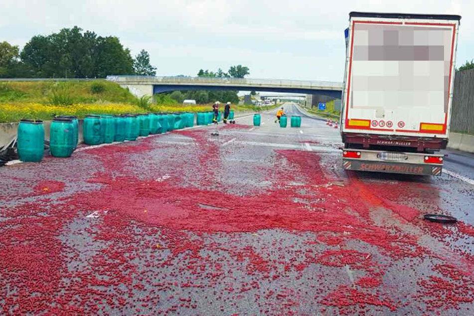 Rund 30 Fässer mit frischen Kirschen durchbrachen die Lkw-Plane und stürzten auf die Autobahn.